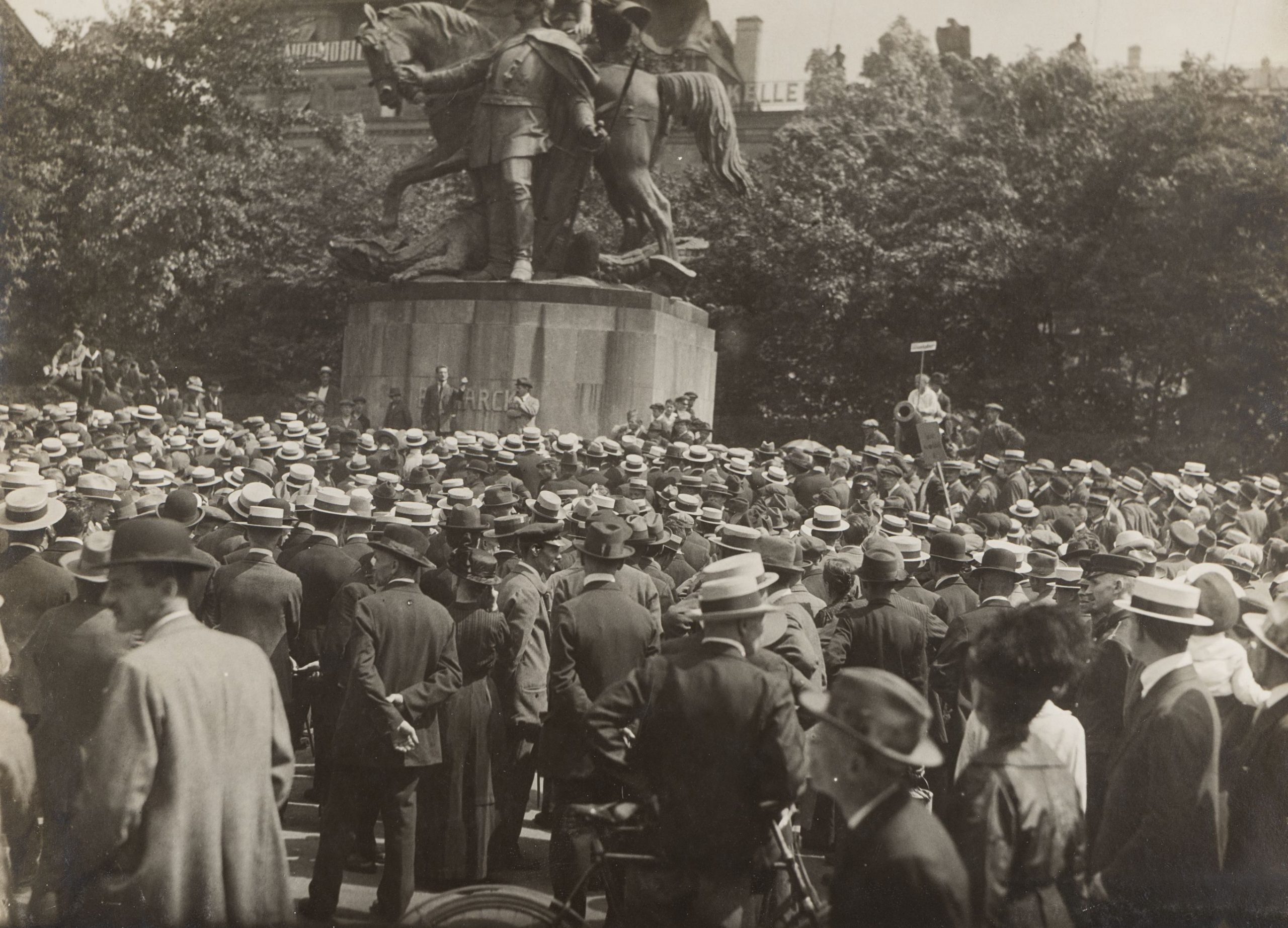 Crowd commemorating Rosa Luxemburg's funeral, Frankfurt 1919