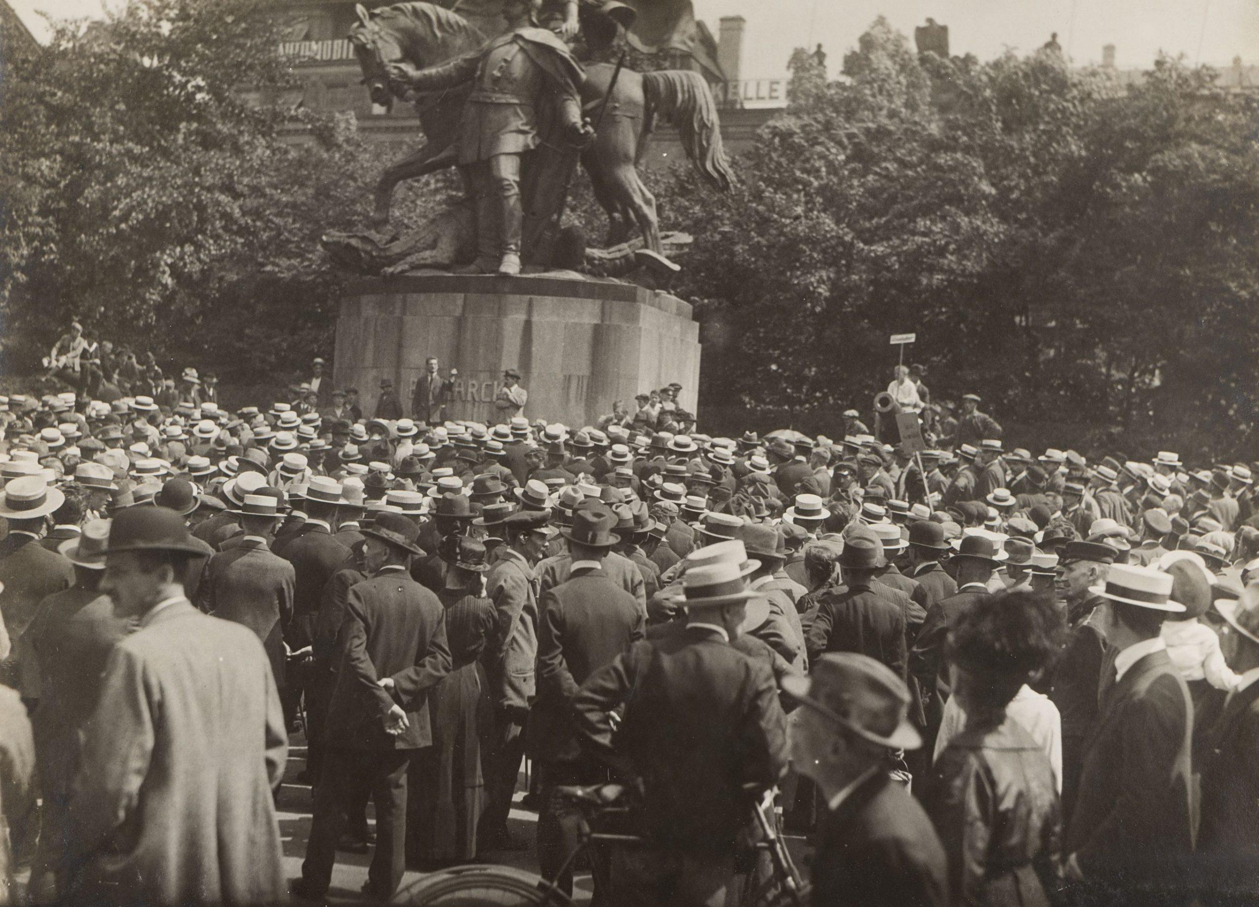 Crowd commemorating Rosa Luxemburg's funeral, Frankfurt 1919